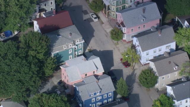aerial multi-colored colonial style homes in benefit street area / providence, rhode island, united states - 闊銀幕 個影片檔及 b 捲影像