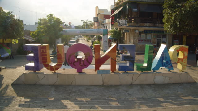 vídeos de stock e filmes b-roll de multi-colored letter signage in palenque, mexico filmed from behind - palenque