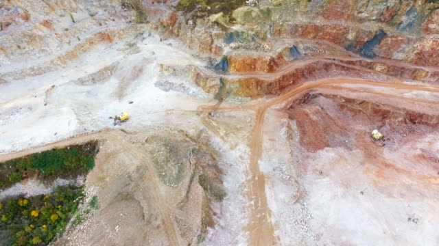 antenne: mehrfarbige marmor tagebau-mine - granit stock-videos und b-roll-filmmaterial