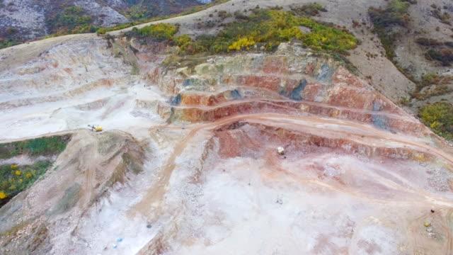 航空写真: 多色の大理石の露天掘り鉱山します。 - 引きずる点の映像素材/bロール