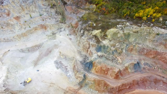 vidéos et rushes de antenne: carrières de marbre multicolores dans les montagnes - digging