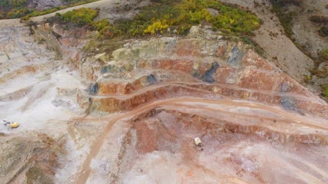 山の航空写真: 多色大理石の採石場 - 引きずる点の映像素材/bロール