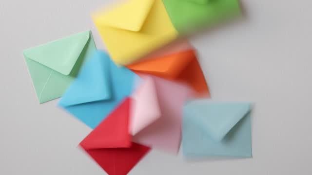 白い背景にマルチカラーの封筒 - 航空便点の映像素材/bロール