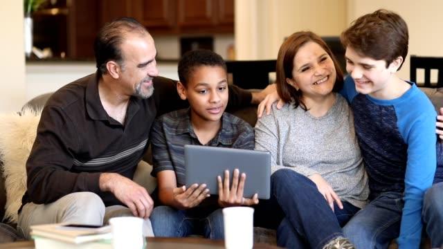 家庭での多民族、養子縁組または里親家族。 - 養子縁組点の映像素材/bロール