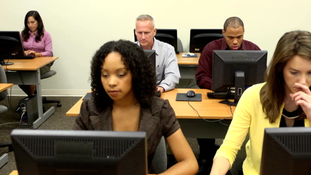 vídeos y material grabado en eventos de stock de multiétnico de estudiantes adultos learners-lejanía - laboratorio de ordenadores