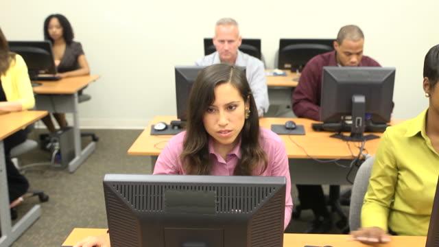 vídeos y material grabado en eventos de stock de multiétnico aprendices estudiante de educación superior cerca de b - laboratorio de ordenadores