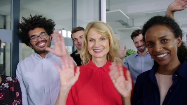 multiethnische unternehmensgruppe winkt im büro die hände - kontakt knüpfen stock-videos und b-roll-filmmaterial