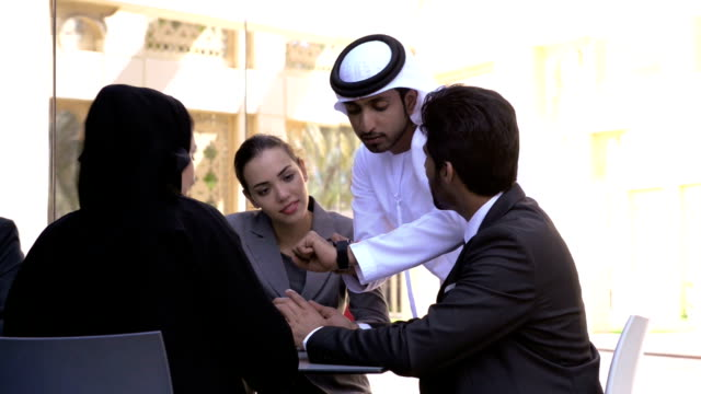 stockvideo's en b-roll-footage met multi-ethnic business people in dubai - midden oosterse etniciteit