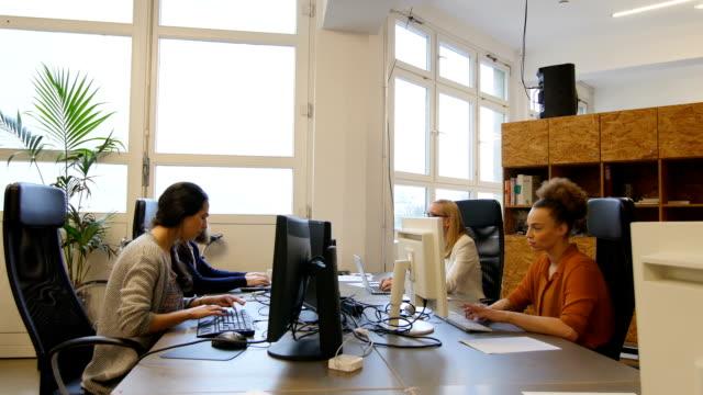 Multi-ethnischen Geschäftsleute mit Computern im Büro