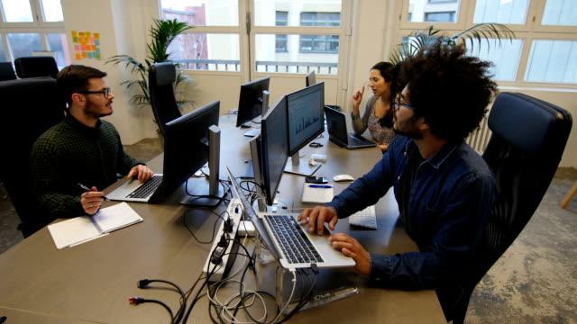 Multi-etnica Uomini d'affari al lavoro in ufficio