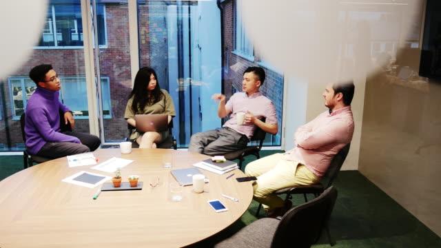 多民族のビジネス チーム戦略を議論 - 東ヨーロッパ民族点の映像素材/bロール