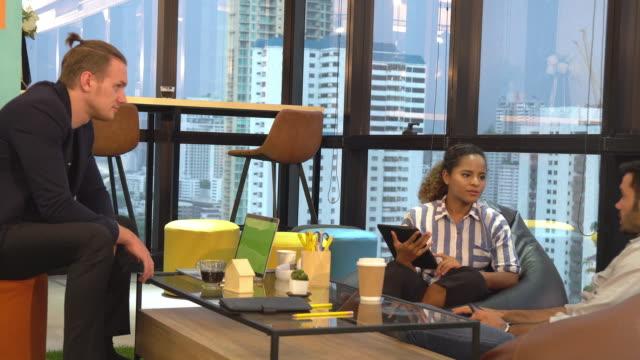 vidéos et rushes de femme d'affaires et hommes d'affaires occasionnels multiethniques prenant la coupure de café à l'espace de travail moderne, projectile de pan - vêtements décontractés