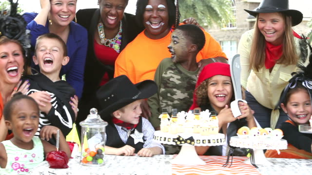 multi-ethnischen kinder und mütter im halloween-party - karamell stock-videos und b-roll-filmmaterial