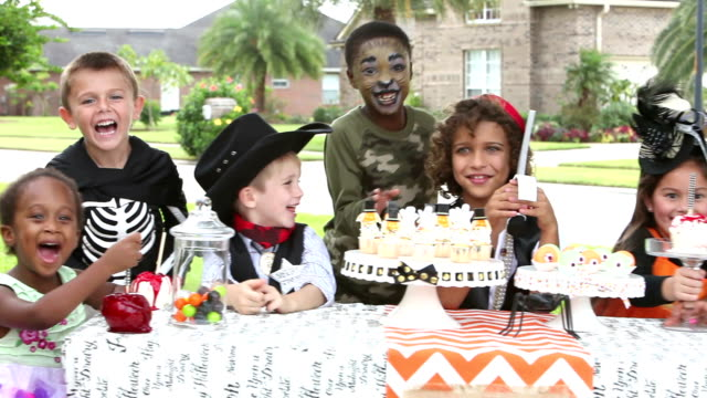 multi-ethnischen kinder an halloween-party - karamell stock-videos und b-roll-filmmaterial