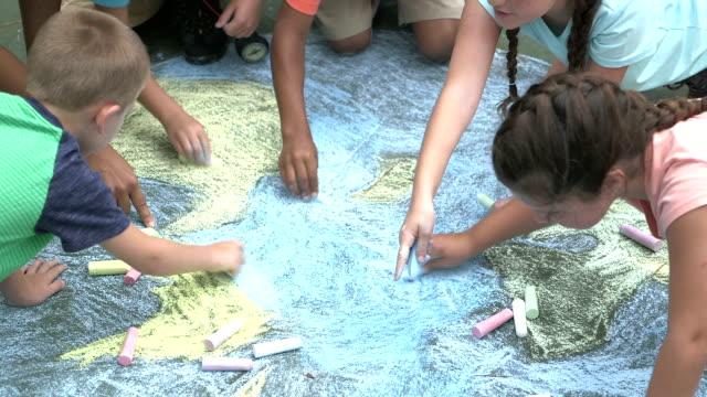 多民族の子供地球の図面を作る - チョーク点の映像素材/bロール