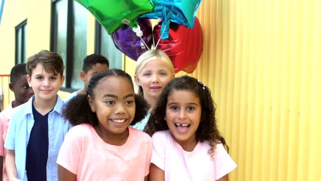 vídeos de stock, filmes e b-roll de multi-étnica crianças correndo juntos para a festa - 6 7 anos