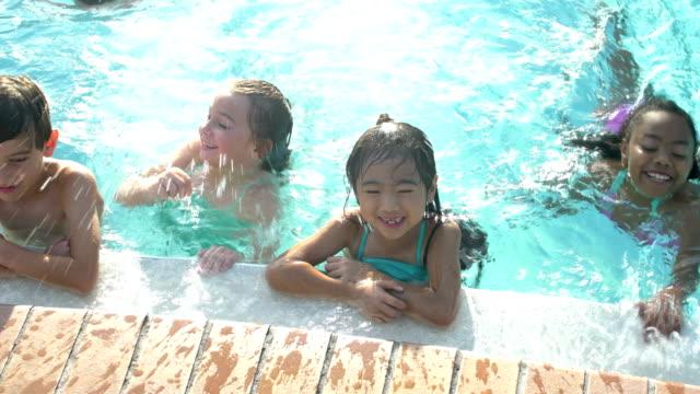 多民族の子供の水泳プールの側に - 腕組み点の映像素材/bロール