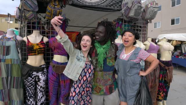 vídeos de stock, filmes e b-roll de multi-étnico cliente e vendedor small business service rua vendedor selfie retrato - feirante