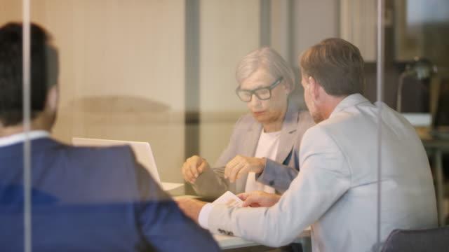 stockvideo's en b-roll-footage met multi-etnische collega's bespreken in bestuurskamer - medewerkerbetrokkenheid