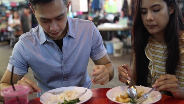 Multi-ethnischen paar Straße Essen