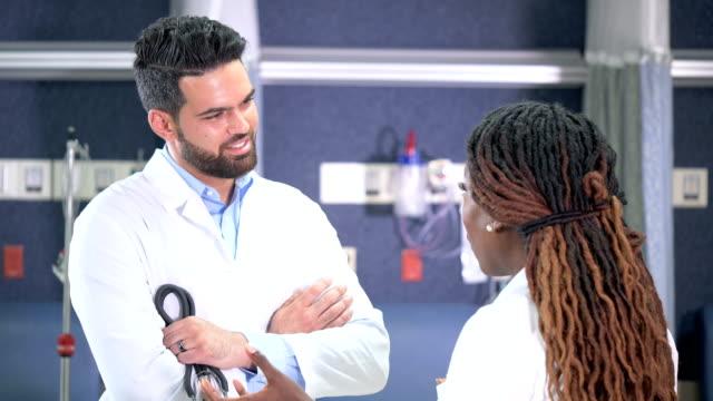 vídeos de stock e filmes b-roll de multi-ethnic doctors conversing - cavanhaque