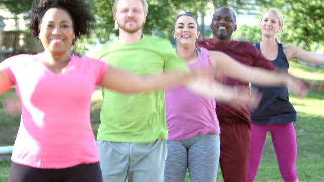 multi-ethnischen übung, jumping jacks im park - selbstvertrauen stock-videos und b-roll-filmmaterial