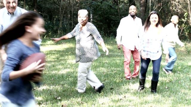 vidéos et rushes de famille multiethnique jouer au football dans la cour à thanksgiving. - latin american culture