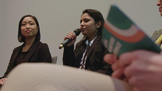 セミナー中の多民族女性専門家パネル - インド系民族点の映像素材/bロール