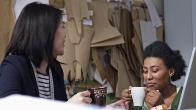 multi-ethnic female friends drinking tea and chatting - パタンナー点の映像素材/bロール