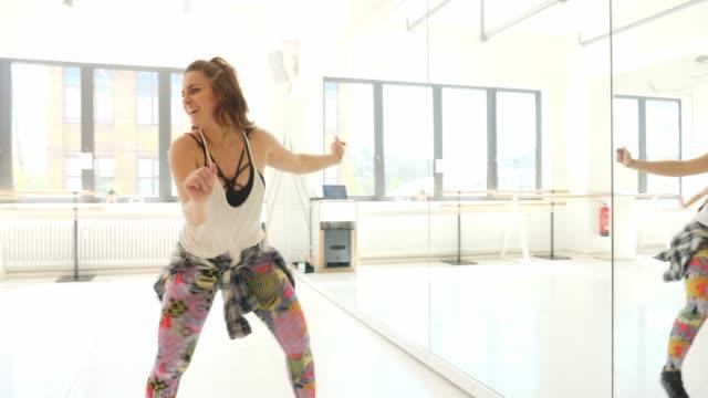 multiethnische frauen genießen tanz im unterricht - hüfte stock-videos und b-roll-filmmaterial