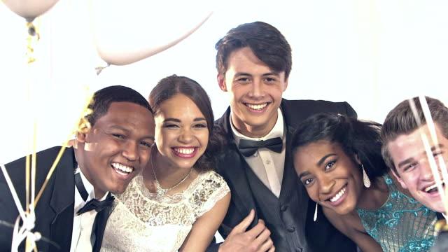 ウエディング写真のポーズで多民族の友人 - 高校卒業ダンスパーティ点の映像素材/bロール