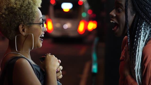 multi-ethnischen freunde feiern gute nachricht - arbeitskollege stock-videos und b-roll-filmmaterial