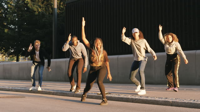 vídeos de stock e filmes b-roll de multi-ethnic friends dancing on street in city - cultura hip hop