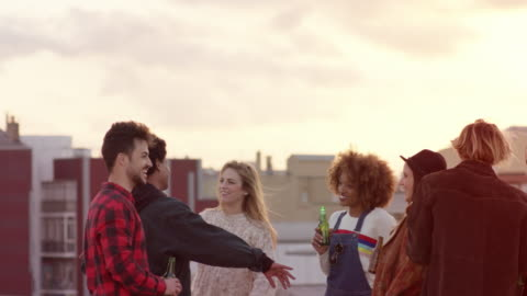 vídeos y material grabado en eventos de stock de amigos multiétnicas bailando disfrutando de la cerveza - tejado
