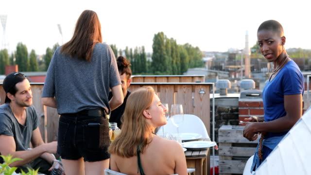 Multi-ethnischen Freunde genießen Grillparty