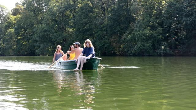 multi-ethnischen freunde genießen, bootfahren im see - ruderboot stock-videos und b-roll-filmmaterial