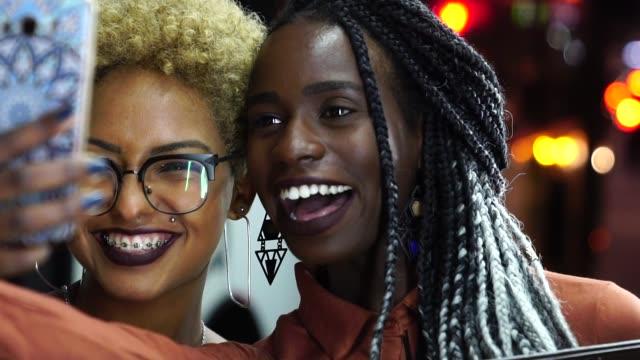 stockvideo's en b-roll-footage met multi-etnische vrienden nemen van een selfie - zelfportret fotograferen