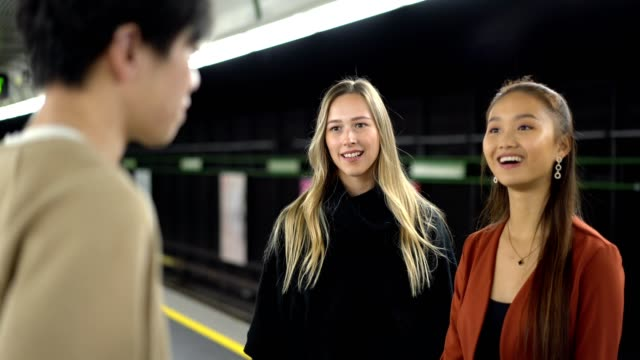 multiethnische freunde warten auf einen zug - drei personen stock-videos und b-roll-filmmaterial