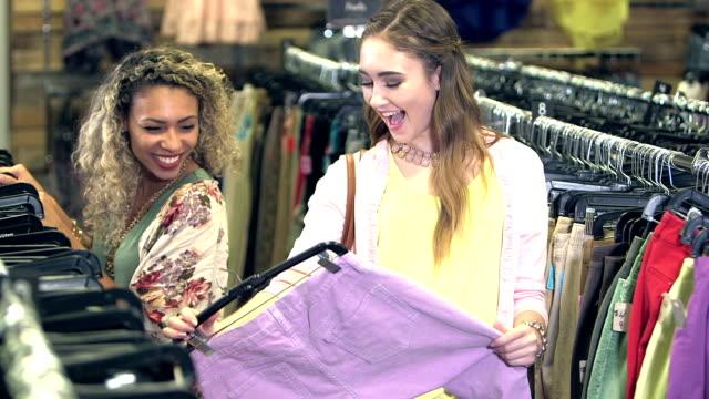 vídeos de stock, filmes e b-roll de multi-étnica meninas compras em uma loja de roupas - bolsa tiracolo bolsa