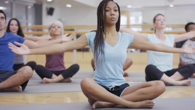 vidéos et rushes de multi-ethnic group, faire du yoga - zen