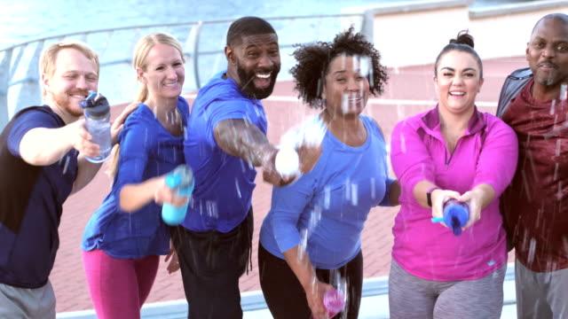 水のボトルとの演習授業で多民族グループ - 吹きかける点の映像素材/bロール