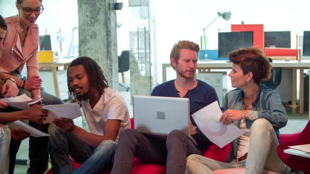HD: Gruppo multietnico di progettisti che desiderano immagine di copertina.