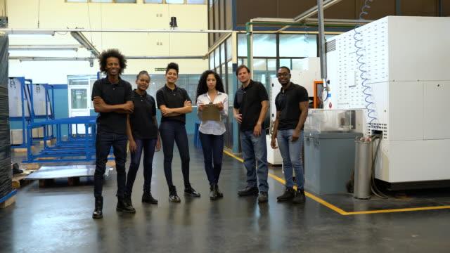 工場労働者の多民族グループ - engineer点の映像素材/bロール