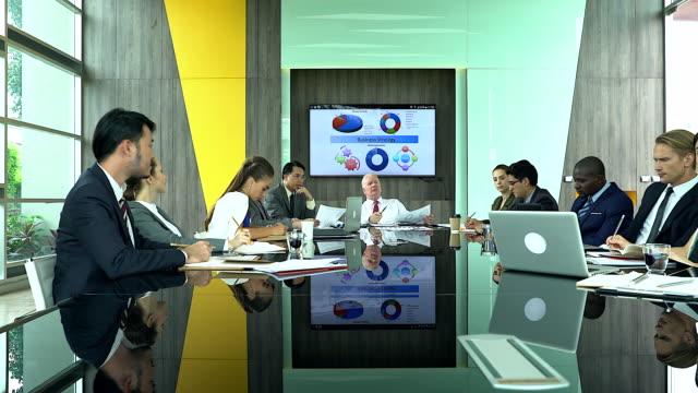 vídeos y material grabado en eventos de stock de grupo multiétnico de empresarios atentos personas en reunión en la oficina. - altos cargos directivos