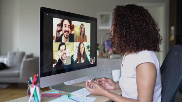vídeos de stock e filmes b-roll de multi-ethnic group of people in a video conference - multi ethnic group