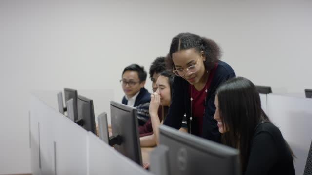 vídeos y material grabado en eventos de stock de grupo multiétnico de estudiantes universitarios en un laboratorio de computación - laboratorio de ordenadores