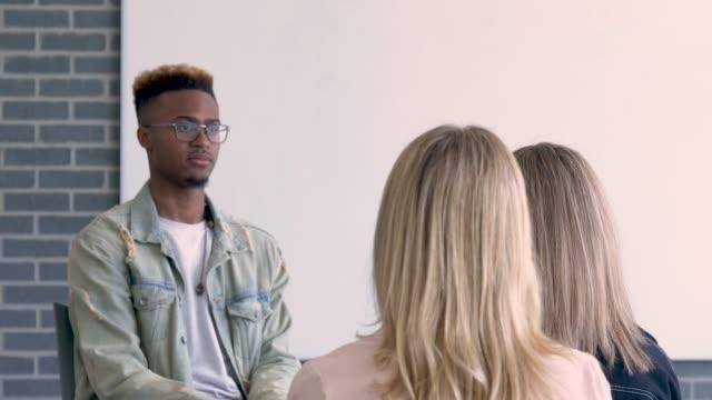 vidéos et rushes de groupe multiethnique d'étudiants universitaires apprenant - s'impliquer à fond