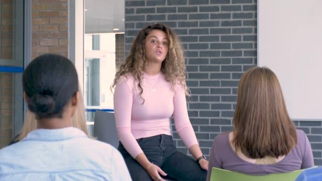 multiethnische gruppe von universitätsstudenten lernen - multi ethnic group stock-videos und b-roll-filmmaterial