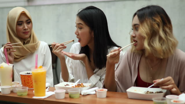multi-ethnic group of women eating in the restaurant - cultura malesiana video stock e b–roll