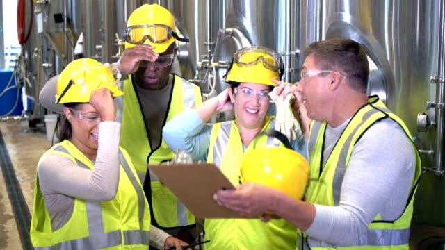 multiethnische gruppe von arbeitern in der fabrik - schutzbrille stock-videos und b-roll-filmmaterial
